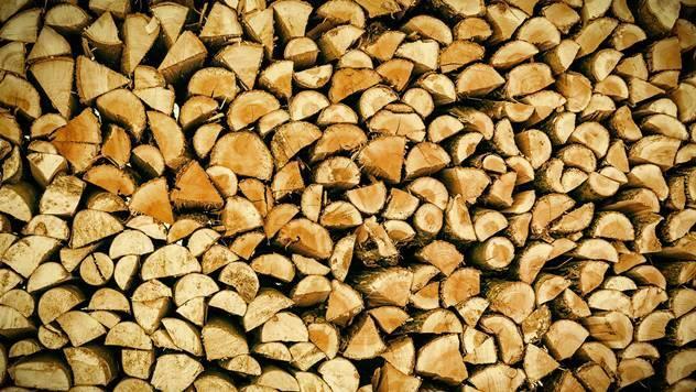 Iscepana, suva i složena drva za hladne zimske dane