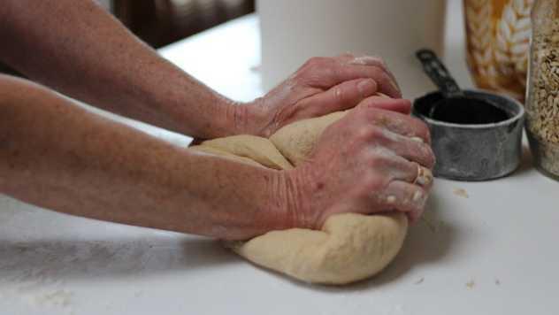 Mešenje hleba © Pixabay