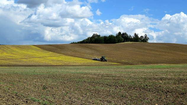 Traktor na njivi - © Foto: pixabay.com