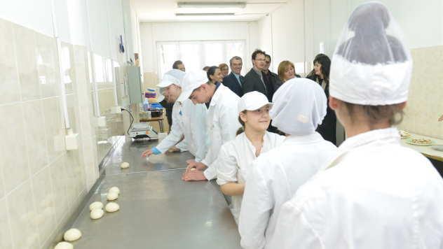 Poseta delegacije zvaničnika smeru za pekare - © Foto: arhiva Poljoprivredno-hemijske škole Kraljevo
