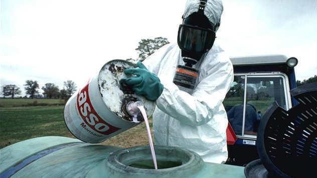 Zaštita prilikom rukovanja pesticidima - © Foto: www.wikimedia.org